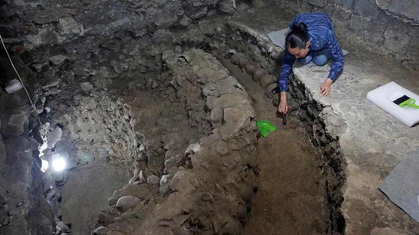 Вышку из650 черепов отыскали археологи вМехико