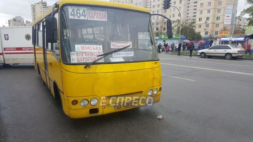 При наезде маршрутки наостановку вКиеве погибли два человека