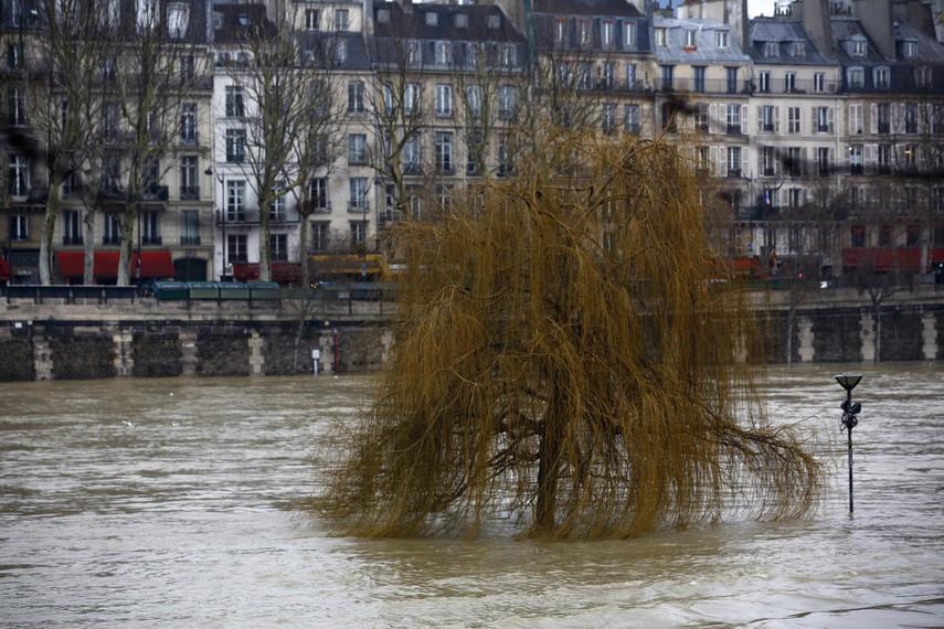 Дороги ижелезнодорожные вокзалы закрыты, впригороде объявлена эвакуация— Наводнение встолице франции