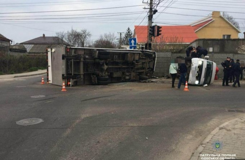 ВОдессе после ДТП перевернулись фургон иавтобус, большое количество пострадавших